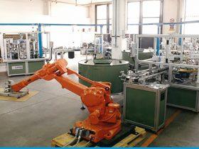 רובוט טוען מגשים למכונת הרכבה
